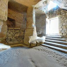 Porte des catacombes -3) SOUS LA ROTONDE AVEC LES MORTS: A l'époque carolingienne, les catacombes s'étendaient sur une vaste surface que l'extraction de la pierre au XVII° et XVIII°s a considérablement réduit. C'est regrettable mais c'est ainsi: ce qu'il reste aujourd'hui des catacombes, ce n'est que le fond. L'entrée principale devait jadis se trouver au-delà de la chapelle de la Trinité, proche de l'entrée primitive de l'ermitage.