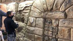 🟠En PLENO Curso-Tecnico de Tematización, hoy los alumnos han realizado tematización de roca, madera y tronco. Y han podido ver la sencillez con la que se aplican los materiales del Sistema ESTonetex. 🔸Mañana vamos a por la pigmentación y el rejuntado de la piedra y ladrillo. Ya falta menos para ver los grandes resultados!!! 🔸Proximo curso el 15 al 19 de marzo del 2021, ultima plaza, no te despistes. Escape Room, Plaza, Mount Rushmore, Faux Stone Walls, Brick, Wood, Barrel Ceiling, House Building, Farmhouse