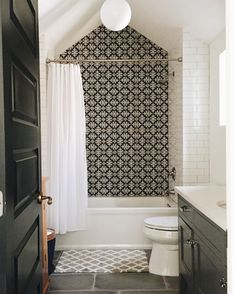 Stunning Bathroom Tile Makeover Ideas. Accent mosaic tile feature wall in black and white. Great for a small bathroom #smallbathroom #whitebathrooms
