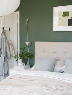 A simple summer bedroom refresh with Urbanara [AD] Summer Bedroom, Bedroom Green, Bedroom Neutral, Nature Inspired Bedroom, Natural Bedroom, Soft Blankets, Sustainable Design, Bed Spreads, Floating Nightstand