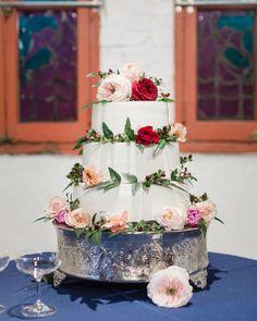 Fresh flowers for your wedding cake  Photography: @amy_hutchinson Flower Garland Wedding, Wedding Cake Fresh Flowers, Wedding Bouquets, Wedding Arrangements, Flower Arrangements, Wedding Wishes Quotes, Practical Wedding, Rustic Wedding, Red Roses