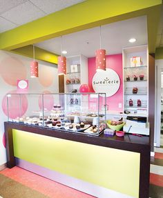 Simple & sleek cupcake display using Abstracta Modular Displays. Bakery Decor, Bakery Interior, Coffee Shop Interior Design, Coffee Shop Design, Restaurant Interior Design, Cupcake Shop Interior, Pastry Shop Interior, Cake Shop Design, Bakery Design