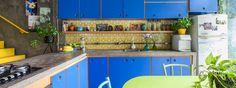 Uma casa colorida onde as crianças também são bem-vindas na cozinha. A decoração traz cores, texturas e materiais divertidos, além de muitas plantas.