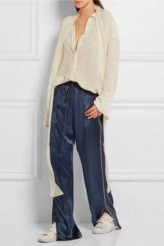 Chloé | Pantalon coupe droite en satin de soie | NET-A-PORTER.COM   €1,180 (plus la blouse en crêpe de soie à 820€ .....) La pré-collection automne-hiver 2016 de Chloé fait la part belle au look pyjama, très tendance cette saison. Nous aimons particulièrement ce pantalon en satin de soie brillant qui dégage un esprit décontracté. Il possède une taille flexible munie d'un cordon de serrage et des finitions passepoilées blanches