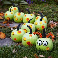 Gartendekoration Ideen basteln Kürbisse-schmücken mit Augen-versehen