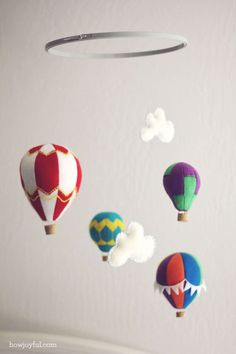Felt hot air balloon mobile DIY Baby Mobiles for a Playful Decor Addition Diy Pour Enfants, Felt Crafts, Diy Crafts, Diy Hot Air Balloons, Craft Projects, Sewing Projects, Sewing Tutorials, Cool Baby, Baby Room Diy