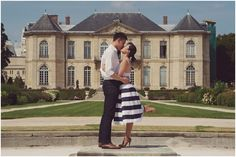 Love in France | Image by Rebecca Douglas Photography, read more http://www.frenchweddingstyle.com/sweet-paris-engagement-session/