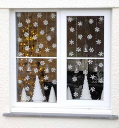 Decorating the window for Christmas is incredibly important. Here are some Christmas Window Decor Ideas that you'll like. Elegant Christmas, Winter Christmas, All Things Christmas, Christmas Home, Christmas Windows, Christmas Mantles, Christmas Villages, Victorian Christmas, Christmas Christmas