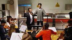 Auch wenn es Überwindung kostet, sich vor einen großen Klangkörper zu stellen - niemand wird vor dieser Druck-Kulisse alleine gelassen. Marcus Merkel gibt Unterricht mit der Jungen Philharmonie Berlin.