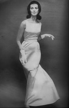 Mainbocher A/H Photo Richard Avedon. Vintage Fashion 1950s, Vintage Couture, Retro Fashion, Vintage Vogue, Vintage Glamour, Vintage Art, Scarlett Johansson, Timeless Fashion, Fashion Beauty