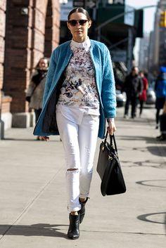 Pantalones blancos, abrigo azul, camiseta print Nueva York NYFW