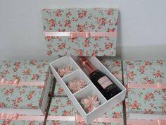Cores pode ser alteradas. Linda caixa com 3 divisórias pra doces/bem casados e para bebida ou bebida + taça  Valor referente a caixa.  Pedido mínimo 6 caixas. R$ 29,90