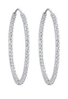 Diese glamourösen Creolen aus Sterling Silber und Kristallen von Swarovski sind ein funkelnder Blickfang für Ihr Outfit. Ob luxuriös am Abend oder für einen extravaganten Auftritt im Alltag, diese Ohrringe lassen deine Augen strahlen und machen dich zum Mittelpunkt jeder Unterhaltung. Dieses exklusive Schmuckstück ist ein Elli PREMIUM Produkt und wird in einem eleganten Geschenk-Etui geliefert....