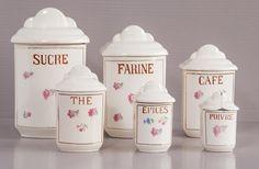 Lot de 6 pots à épices en céramique, signés Digoin Sarreguemines. 6 pots Couleur crème et décor fleuri.