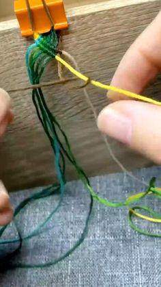 Diy Bracelets Patterns, Yarn Bracelets, Diy Bracelets Easy, Handmade Bracelets, Handmade Wire Jewelry, Diy Crafts Jewelry, Bracelet Crafts, Crochet Bracelet, Diy Friendship Bracelets Patterns