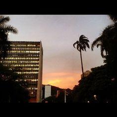 Y en las tardes el cielo de #Cali se pinta de colores.