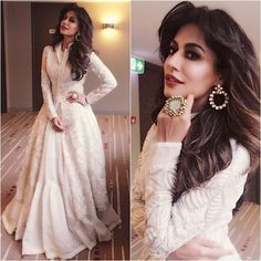 Checking out bollywood fashion and more - the fashion and passion of bollywood is the pride of newindia. CLICK Visit link for more info - Bollywood Fashion Indian Gowns, Indian Attire, Pakistani Dresses, Indian Wear, Indian Outfits, Mtv Movie Awards, Saris, Chitrangada Singh, Red Lehenga
