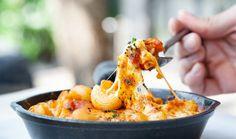 Milujete těstoviny se sýrem? Pak musíte vyzkoušet jedno z nejoblíbenějších jídel Američanů – mac and cheese neboli makaróny se sýrem. Zapečené těstoviny s goudou, čedarem, parmazánem a mozzarellou s dokonalou křupavou krustou si zkrátka zamilujete již při prvním ochutnání. Gouda, Mozzarella, Macaroni And Cheese, Ethnic Recipes, Mac And Cheese