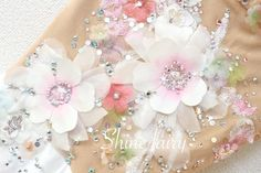 白い花にピンクのグラデーションのお花と、小さなパステルカラーのお花を装飾しました。オーロラ・クリスタルラインストーン等にキラキラはたっぷり付けましたので、輝きを増します!肌色パワーネットはラメのグリッ…
