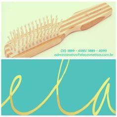 Escova de bambu indicadas para todos os tipos de cabelo, desenhada para massagear o couro cabeludo enquanto modela e desembaraça os fios. Possui ação anti-estática evitando o frizz. #elacosmeticos #beleza #cabelos