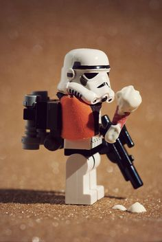Mike Stimpson is a UK photographer who happens to be a big LEGO fan and a huge Star Wars geek. He takes whimsical photographs using LEGO minifigures and is best know for re-creating iconic photographs using LEGO. Lego Star Wars, Star Wars Toys, Star Wars Art, Star Trek, Lego Stormtrooper, Starwars Lego, Jouet Star Wars, Aniversario Star Wars, Lego Pictures