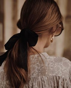 A Daily Style and Design Site of Interiors, Fashion, Luxury Style, Travel, and Leisure. Cool Chic Style Fashion inspire you every day. Haircut For Thick Hair, Sleek Hairstyles, Braided Ponytail, Brunette Hair, Audrey Hepburn, Hair Dos, Who What Wear, Eye Color, Dyed Hair