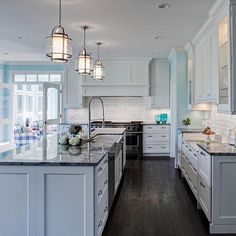 ⚓️Our sixth most popular post of 2016: An inviting kitchen with nautical accents by Drury Design Kitchen & Bath. Featuring our Bay Court Pendants.