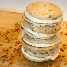 Butter Pecan Whoopie pies with icing recipe yum! Cake Mix Cookies, Sandwich Cookies, Cookies Et Biscuits, Cupcakes, Cake Mix Whoopie Pies, Shortbread Cookies, Cookie Pie, Cookie Desserts, Cookie Recipes