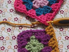 Detailed photo tutorial on how to crochet a granny square for absolute beginners. Granny Square Crochet Pattern, Crochet Chart, Crochet Squares, Crochet Granny, Easy Crochet, Crochet Stitches, Knit Crochet, Crochet Patterns, Crochet Ideas