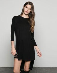 Camiseta básica larga abertura lateral. Descubre ésta y muchas otras prendas en Bershka con nuevos productos cada semana