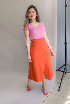 Saia Midi Feminina, Confortável, Elegante e Estilosa | Zandara Look Casual Chic, Casual Looks, Petite Dresses Casual, High Waisted Skirt, Outfits, Skirts, Neon, Design, Ideas