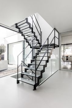 Let extra light into the room with our thin glass staircase. Black Staircase, Modern Staircase, Staircase Design, Staircase Ideas, Open Trap, Types Of Stairs, Glass Stairs, Glass Balustrade, Container Houses