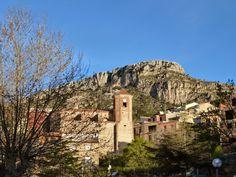 Colldejou y al fondo La Mola (922 m.), otra de las montañas míticas de la provincia de Tarragona (Baix Camp, Tarragona)