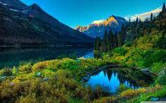 paysage de montagne avec un petit lac.