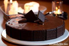 After Eight sjokolademoussekake er en vidunderlig god kake! I tillegg til pynten oppå kaken, inneholder både den myke sjokoladekakebunnen og den lekre sjokolademoussen små biter av After Eight. En superflott dessertkake!