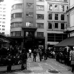 Foto tirada no centro de São Paulo, na região da Bovespa. Fotos em preto e branco.