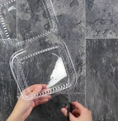 .Alcuni ancora conoscono le tante cose di bigiotteria che si possono realizzare con la plastica termoretraibile. L'effetto restringente è divertente e funz
