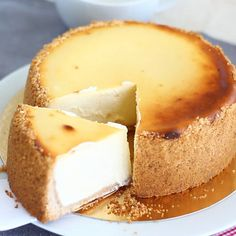 A real New-York style cheesecake, who can resist? - Recipe Dessert : New-york cheesecake by PetitChef_Official Healthy Cheesecake, Pumpkin Cheesecake, Cheesecake Recipes, German Cheesecake, Cotton Cheesecake, Japanese Cheesecake, Cheesecake Brownies, Newyork Cheesecake, New York Style Cheesecake