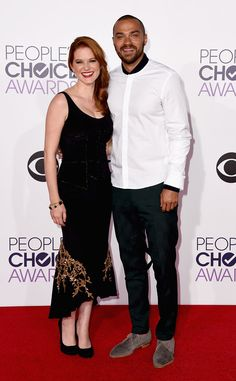 Sarah Drew & Jesse Williams from 2015 People's Choice Awards Red Carpet Arrivals  The Grey's Anatomy stars are all smiles, with Sarah in a black velvet dress and Jesse in a cool white shirt with deep green pants.