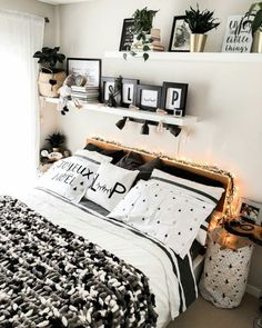 Small room bedroom - Bedroom Inspiration Cup of Hygge The Definitive Source for Interior Designers Small Apartment Bedrooms, Small Room Bedroom, Small Rooms, Bedroom Wall, Apartment Living, Living Room, Bedroom Girls, Woman Bedroom, Modern Bedroom