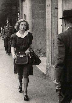 """Andrée Geulen. Bélgica. La profesora que salvó a cientos de niños. En 1989, Andrée Geulen fue reconocida """"Justo entre las Naciones"""" y 18 de abril de 2007 recibió la ciudadanía honoraria de Israel en una ceremonia en Yad Vashem. Al aceptar estos reconocimientos, Andrea Geulen dijo: """"Sólo cumplí con mi deber. Desobedecer las órdenesr las leyes de la época era lo que había que hacer. """""""