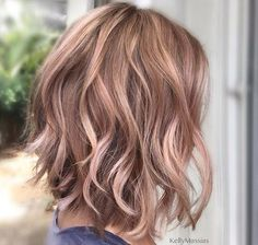 Rose gold blonde hair Cheveux blonds or rose Rose Gold Brown Hair, Gold Blonde Hair, Rose Gold Blonde, Blonde Foils, Rose Gold Short Hair, Rose Hair, Darker Blonde, Rose Hold Hair, Blonde Short Hair Cuts