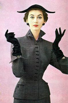 1950's Model, Dovima. - người mẫu nổi tiếng trong thập niên 50s , là một người mẫu được các nhà thiết kế nổi tiếng ưa chuộng , với vẻ đẹp sang trọng , mong manh và khuôn mặt nhỏ , v-line