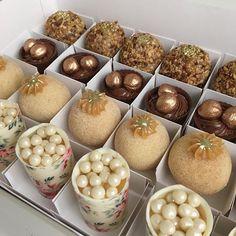 Caixa com alguns dos favoritos do Atelier: torre de maracujá, docinho de churros, cestinha de nutella ...