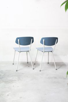 Lichtblauwe vintage stoeltjes jaren 50 / 60