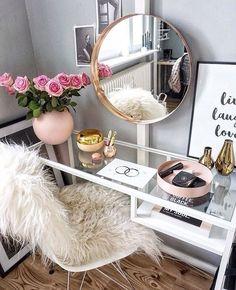 20 Best Makeup Vanities & Cases for Stylish Bedroom – Home Trends 2020 Bedroom Desk, Bedroom Dressers, Mirror Bedroom, Bedroom Inspo, Bedroom Furniture, Master Bedroom, Sala Glam, Rangement Makeup, Diy Home Decor