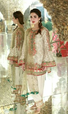 Pakistani Party Wear Dresses, Bridal Mehndi Dresses, Shadi Dresses, Pakistani Wedding Outfits, Pakistani Dress Design, Stylish Dresses, Fashion Dresses, Sari, Traditional Fashion