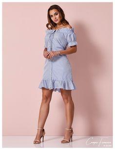 Cora Canela, vestido em tricoline listrado decote ombro a ombro. Little Girl Dresses, Girls Dresses, Summer Dresses, Casual Dresses, Short Dresses, Simple Gowns, Sixties Fashion, Lovely Dresses, Feminine Style
