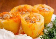 картофель 1 кг фарш 300 гр лук2 шт морковь паста том. 1 ст л чеснок рас, масло  Донышко картоф.срезаем  в фарш кладем соль,перец чеснок и лук.начиняем картоф. укладываем в сковороду. До половины заливаем подсоленной водой и варим до полуготовности. В это время готовим подливу. Пассируем лук и морковь в конце добавляя томатную пасту, чутьводы и cоль. В полуготовый фар-нный кар.подливу,тушим до готовн