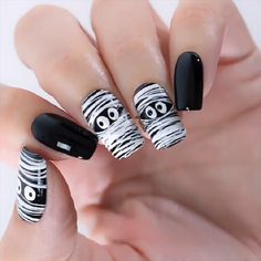 15 Manicuras en color negro perfectas para cualquier ocasión 15 Estilos preciosos para llevar manicura en color negro Holloween Nails, Cute Halloween Nails, Halloween Acrylic Nails, Halloween Nail Designs, Best Acrylic Nails, Acrylic Nail Designs, Fall Nail Designs, Halloween Makeup, Plaid Nail Designs